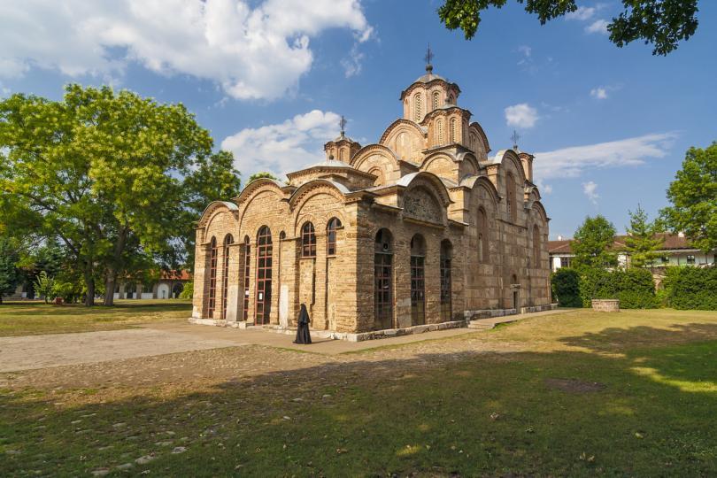 <p><strong>Високи Дечани (Косово)</strong> -&nbsp;В двора на този сръбски православен манастир в Косово има голяма църква, която си заслужава да бъде посетена. Основната причина за включването му в списъка на ЮНЕСКО са фреските, които украсяват вътрешността на църквата. Те съставляват най-голямата оцеляла колекция от сръбско средновековно изкуство и изобразяват сцени от Библията, благородни семейства и множество други православни светци. В манастира Високи Дечани почиват мощите на крал Стефан Урош III Дечански, което прави мястото център за поклонение.&nbsp; Стефан Урош III Дечански е син на крал Стефан II Милутин и на българската принцеса Анна, дъщеря на българския цар Георги I Тертер.</p>