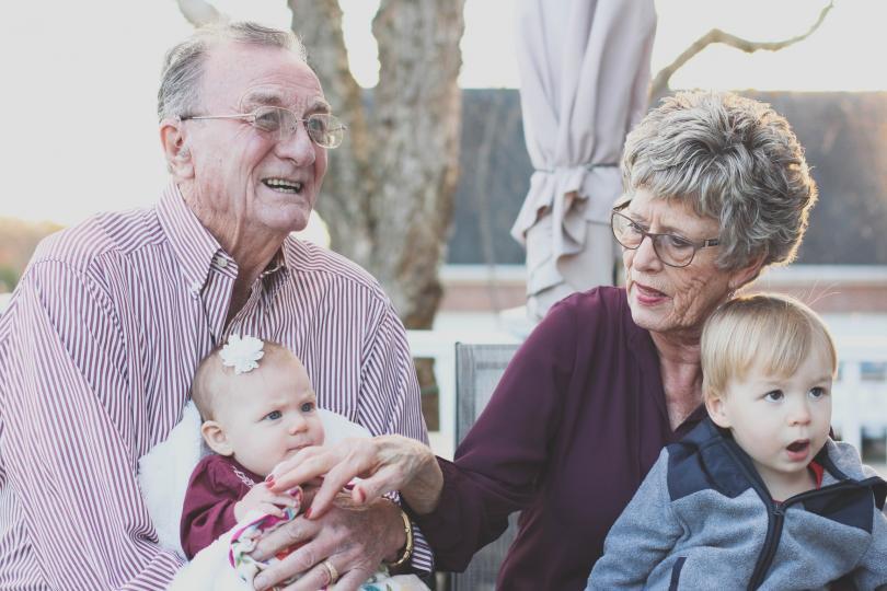<p>Общуването с възрастни хора предлага нова гледна точка на децата, преподава им безценни житейски уроци. Бабата и дядото, които предлагат безусловна обич и търпение на внуците си, им помагат да станат целеустремени и отговорни личности.&nbsp;</p>