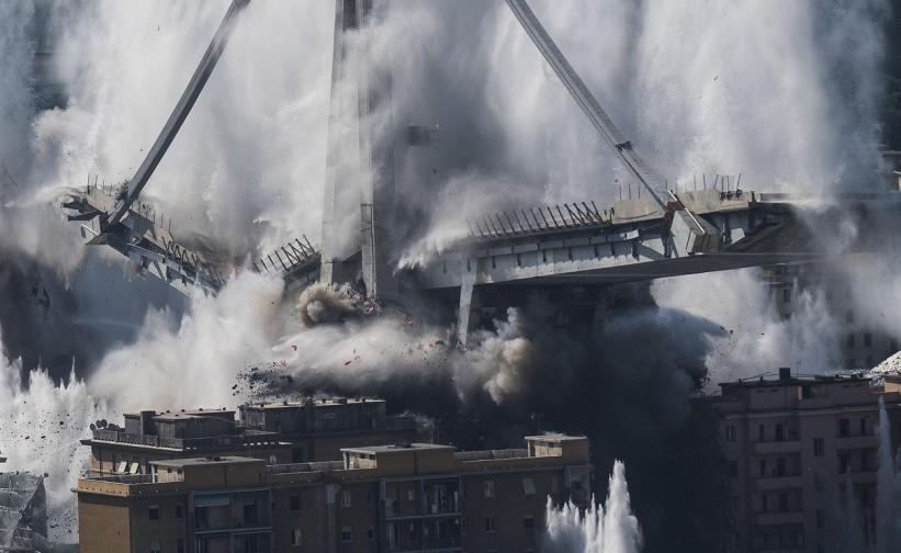 """Днес бяха взривени носещите колони на моста """"Моранди"""" в Генуа. Експерти по събарянето на сгради взривиха онова, което беше останало от моста почти година след като структурата се срути."""