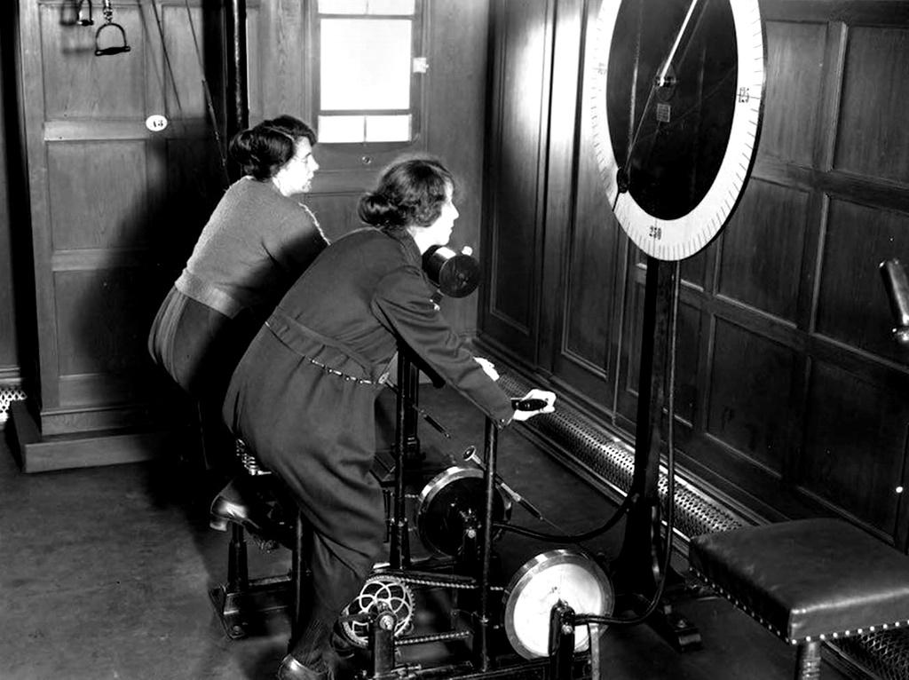 """1922: Две жени спортуват на велоергометри на лайнера """"Хомерик"""", превзет от германския """"Бяла звезда""""."""