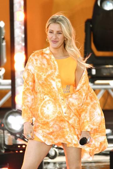 <p><strong>Цветни принтове&nbsp;</strong></p>  <p>Седемдесетарските принтове ще бъдат изключително актуални през лято 2019, съдейки по модните колекции на гиганти като Прада и Стела Маккартни. Цветните окраски ще виждаме по тениски, сака, рокли и дори кецове.</p>