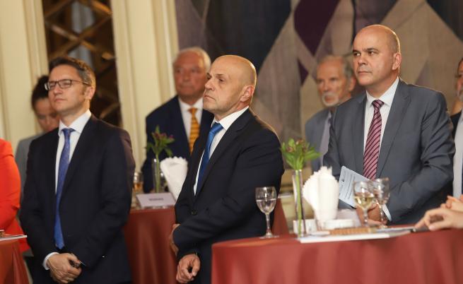 На снимката са вицепремиерът Томислав Дончев и председателят на АИКБ Васил Велев