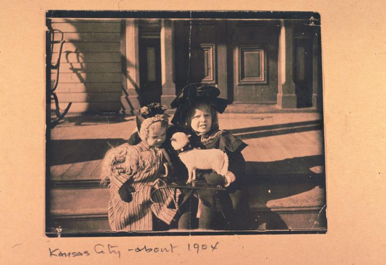 <p>Амелия (отдясно) заедно с братовчедка си Отис Бейлис.</p>