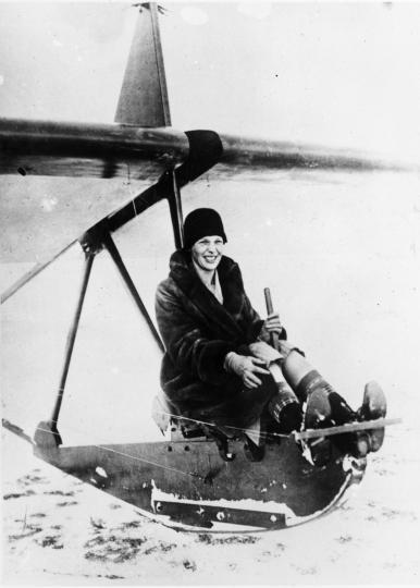 <p>1929 г. Върху експериментален глайдер преди полет край езерото Орегон, Мичиган.</p>