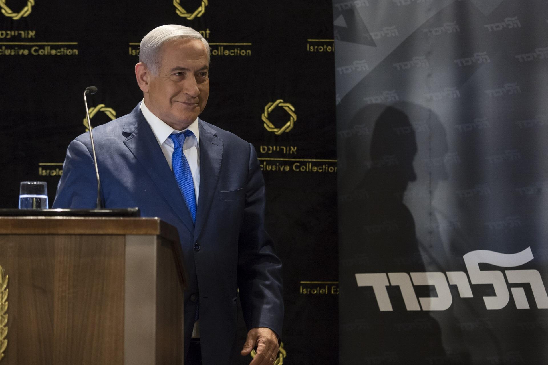 Бенямин Нетаняху<br /> <br /> През 2003 г. гръмна новината, че премиерът на Израел е харчил по 2700 долара държавни пари всяка година, за да си купува сладолед от гурме магазин, който се намирал близо до официалната му резиденция. След скандала офисът на Нетаняху оттегля молбата си за подновяване на разрешението да му бъдат отпуснати лични пари в размер на 10 хил. шекела. Въпреки това не се съобщава дали скандалът да е намалил апетита на премира към предпочитания от него сладолед с аромат на фъстъци.