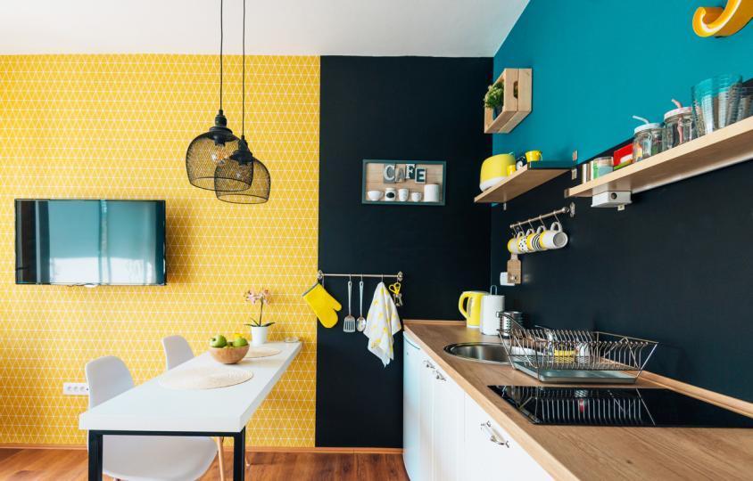 """<p><strong>Кухня</strong></p>  <p>Според специалистът по контрол на чистотата Кайт Щулхов кухнята трябва да се чисти всеки ден. Той отбелязва, че не е нужно да правите основно почистване на цялото помещение, но е задължително да миете мивката, кухненския плот и масата за хранене.</p>  <p>""""Трябва да чистите кухнята всеки ден, защото в нея готвите и се храните. Важно е да спазвате максимална хигиена в това помещение, за да избегнете поглъщането на замърсена храна"""", споделя специалистът.</p>"""