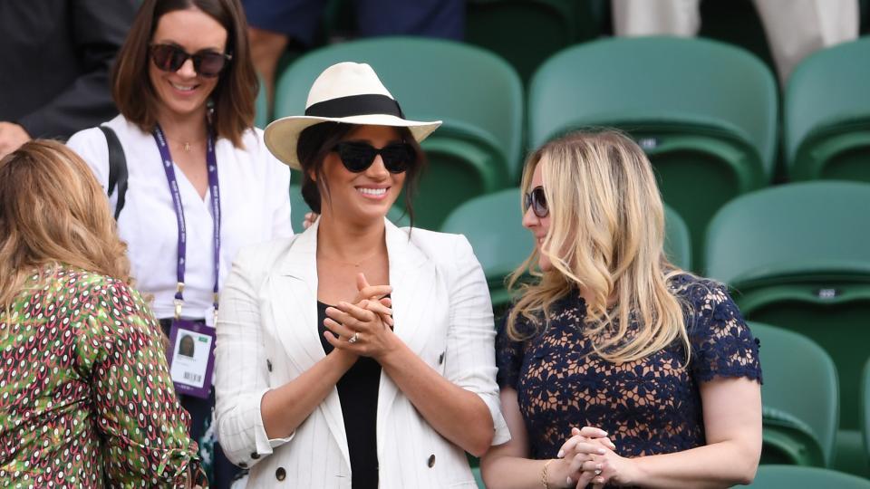 Херцогинята от Съсекс Меган Маркъл се появи изненадващо на Уимбълдън. Тя присъства на тенис мач на приятелката й Серена Уилямс. Това е втора публична поява на съпругата на принц Хари в рамките на седмица. Меган бе облечена в характерния за нея стил - в черно и бяло.