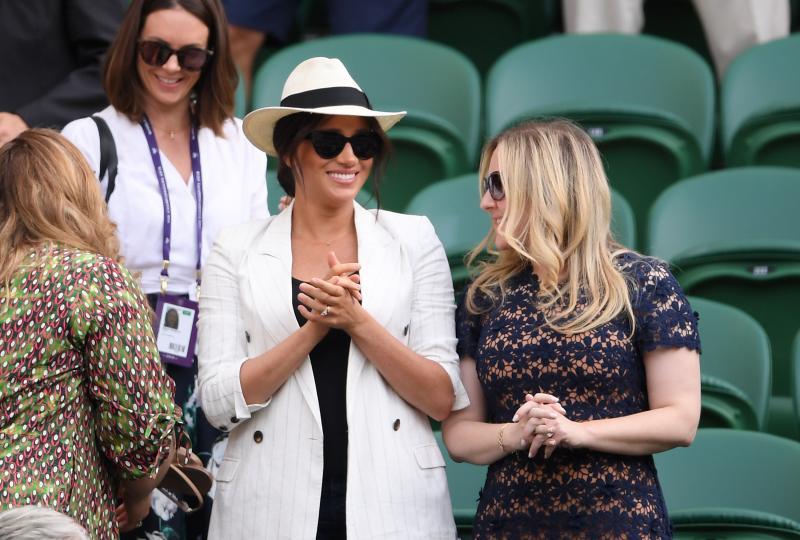 <p>Херцогинята от Съсекс Меган Маркъл се появи изненадващо на Уимбълдън. Тя присъства на тенис мач на приятелката й Серена Уилямс. Това е втора публична поява на съпругата на принц Хари в рамките на седмица. Меган бе облечена в характерния за нея стил - в черно и бяло.</p>
