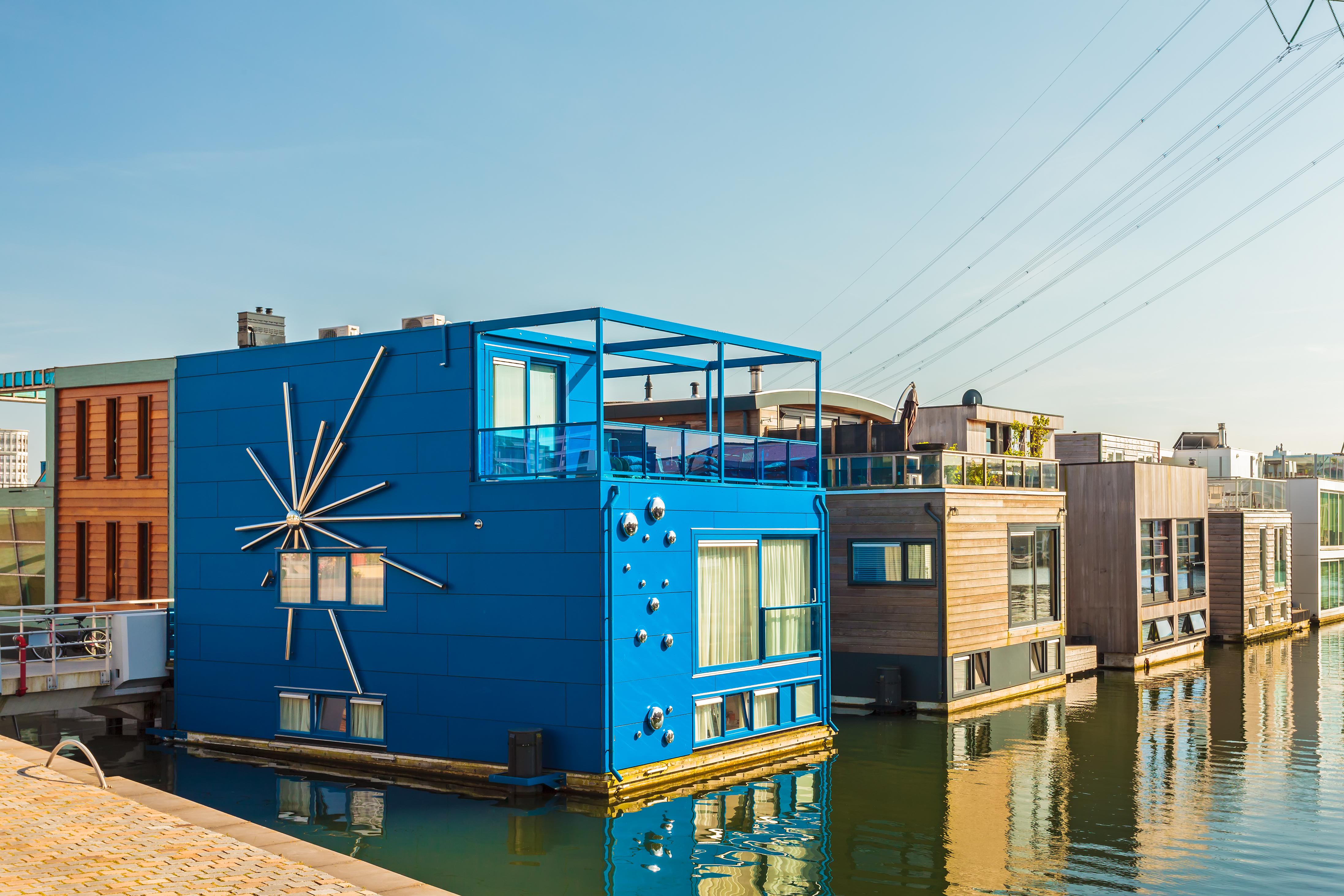 <p>В Амстердам започват да се появяват къщички, които са построени върху водата. Стремежът е близост до природата, но и справяне с все по-малкото жилищно пространство в градовете.</p>