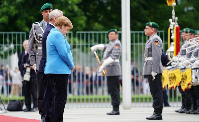 Меркел пак трепери неконтролируемо: Добре съм