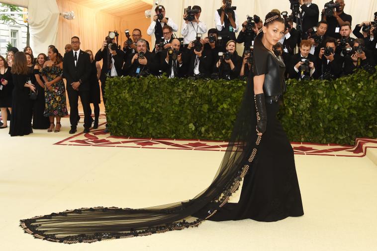<p>Бела Хадид е свикнала да носи различни и нестандартни дрехи. Воалът й към роклята от миналогодишната Мет гала обаче причинил също главоболие на моделката, която се е движела също доста трудно. Воалът тежал близо 5 кг.</p>