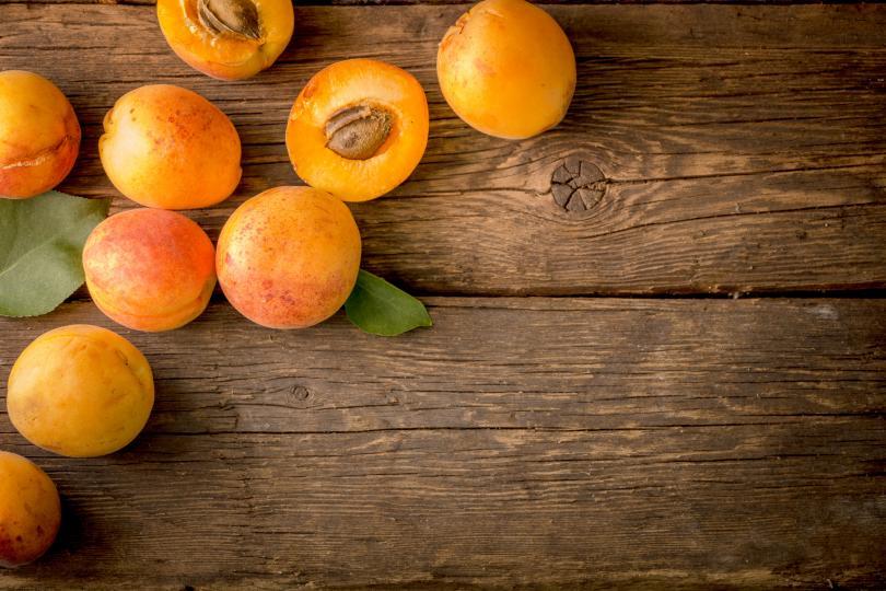 <p><strong>Сърдечно-съдови заболявания, аритмия, хипертония</strong></p>  <p>Пресните кайсии съдържат 305 мг% калий, а сушените &ndash; до 1717 мг%. Това прави плодовете много полезни за хората, които страдат от сърдечно-съдови заболявания, особено при сърдечна недостатъчност и аритмия. Плодовете понижават и кръвното налягане, тъй като съдържат 8,3 мг% магнезий. Затова на хипертониците се препоръчват големи количества пресни кайсии.</p>  <p>За тези, които страдат от аритмия,&nbsp; се препоръчва пюре от 5 пресни кайсии, смесено с 1 ч . ч. айран. Тази доза трябва да се изпие в рамките на един ден.</p>  <p>Съединенията от групата на флавоноидите (260 мг%/100 г) укрепват стените на кръвоносните съдове.</p>