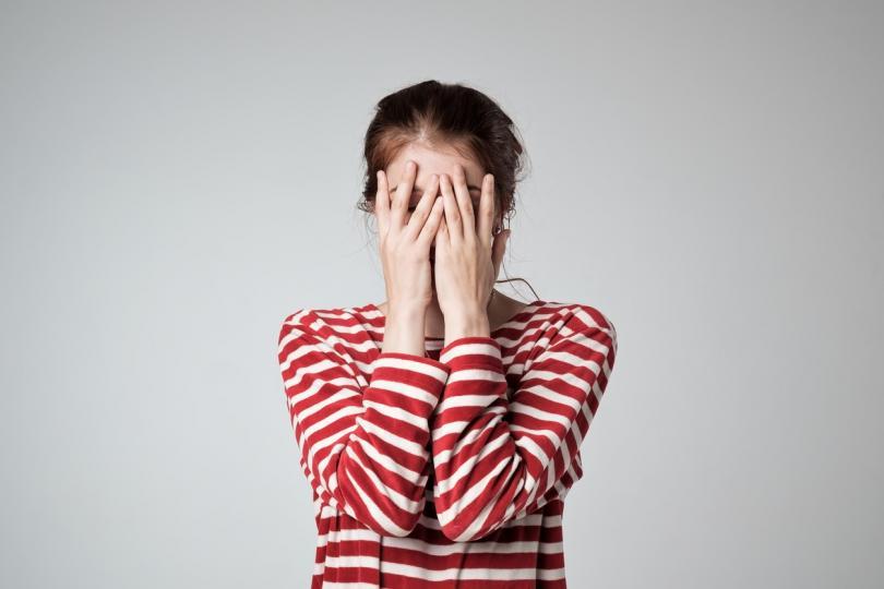 <p><strong>Не можете да приемате комплименти</strong></p>  <p>Озадачаващо е колко много жени не се чувстват комфортно, когато получат комплимент за външния си вид. Ако мъжът ви каже, че днес изглеждате прекрасно, той няма предвид, че по принцип не забелязва чара ви. Не си губете времето с излишен анализ на думи и жестове, а се усмихнете и го приемете като истинска уверена жена.</p>