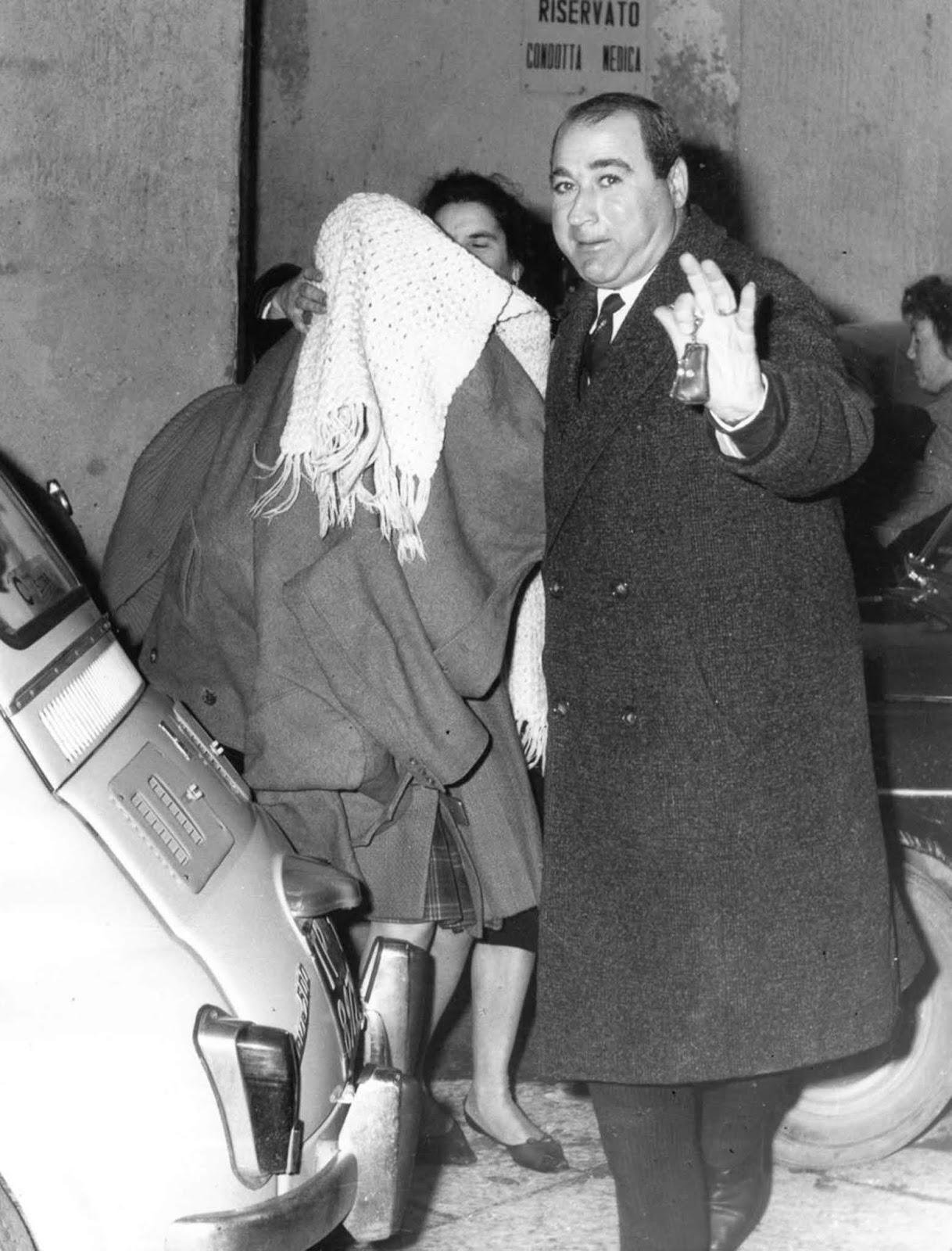 <p>Франка Виола с покрито лице, за да бъде предпазена от пресата.</p>