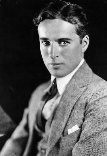<p><b>Чарли Чаплин</b></p>  <p>За Чарли Чаплин се е говорило, че има слабост към по-младите жени. С такава външност не се и съмняваме, че е разтапял женските сърца. Доказателство за това са четирите му съпруги и единадесетте му деца.</p>