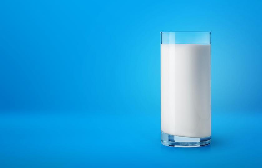 <p>Ефикасен метод е използването на студено мляко. То има успокояващо и противовъзпалително действие. За целта е нужно да напоите памуче и да го разтриете около очите си. Правете това по два пъти на ден и няма да откриете следа от тъмните кръгове.</p>