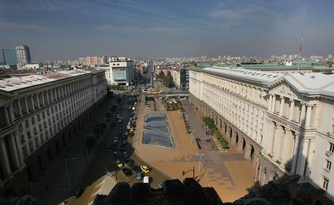 """""""Софийското Ларго"""" се нарича комплексът от сгради и архитектурни изпълнения в центъра на София, проектирани и построени през 50-те години на XX век, с цел да се превърне в новия представителен център на столицата. Ансамбълът обхваща региона около площад Независимост."""