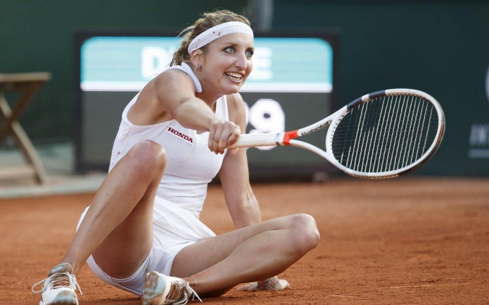 Тенисистката Тимеа Бачински е на земята по време на мач