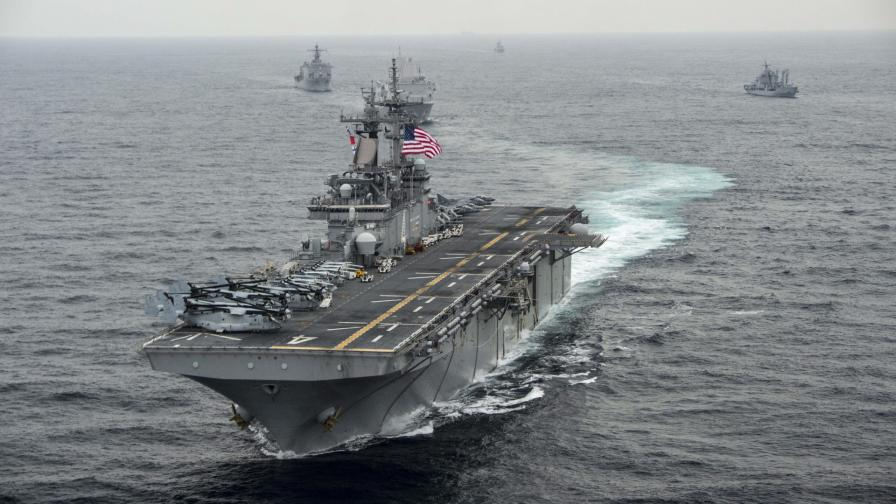 "Американският флотски кораб-амфибия ""Боксер"""