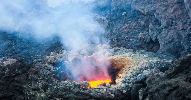 Свят Вулканът Етна изригна отново Изхвърлянето на пепел е продължило
