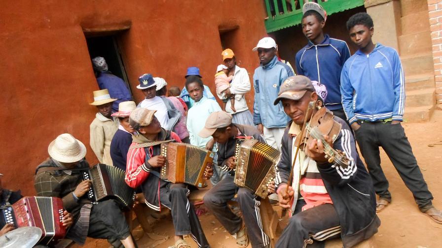 <p><strong>Мадагаскар</strong> &ndash; островът, на който <strong>мъртъвците танцуват&nbsp;</strong></p>