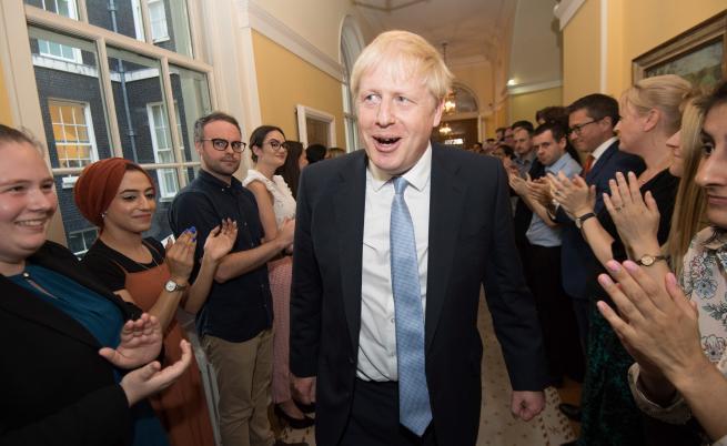 Във Великобритания: Оставки, назначения, Брекзит