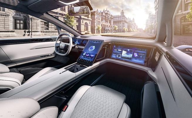 В интериора са монтирани няколко големи екрана, включително централен дисплей, наподобяващ този в Tesla Model S и Model X.