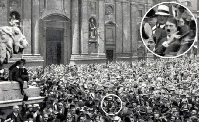 <p>02. август 1914 г., Одеонсплац, Мюнхен: Манифестация за подкрепа в Първата световна война.</p>