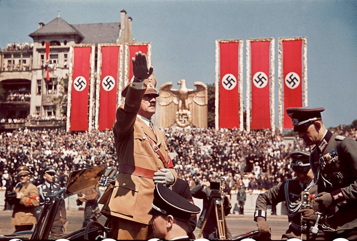 <p>1939: Адолф Хитлер поздравява войниците по време на манифестация.</p>