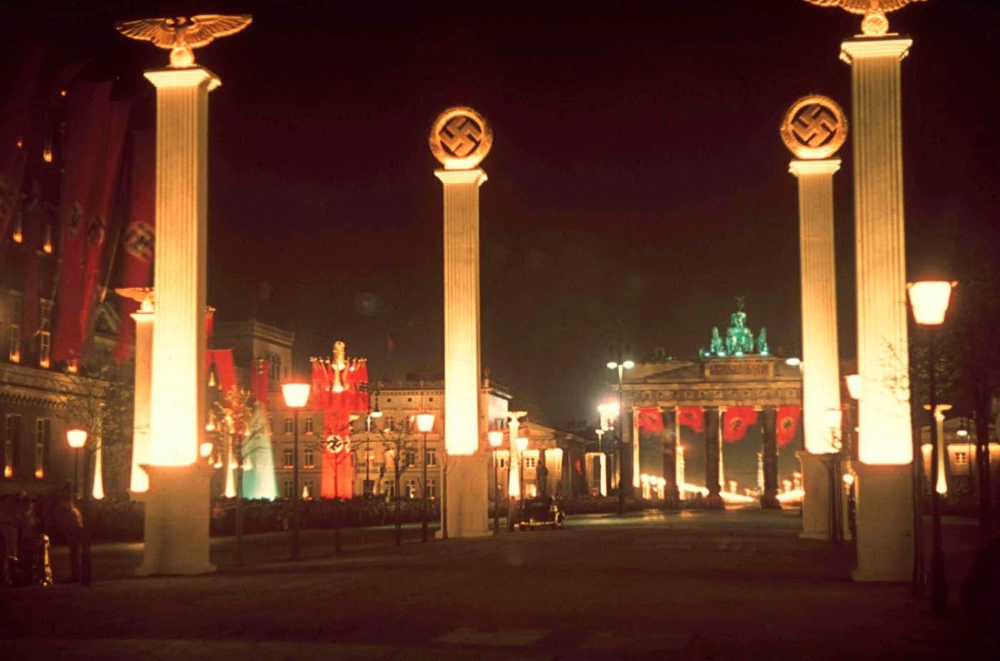 <p>1939: Берлин е осветен за 50-я рожден ден на Фюрера.</p>