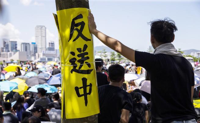 Мащабен протест блокира Хонконг