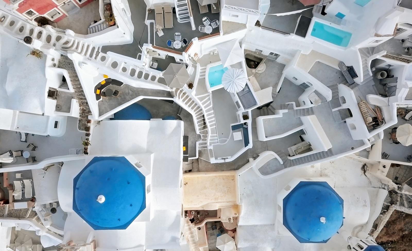 <p>Санторини - райско кътче, откъдето всеки един истински travel инфлуенсър иска да публикува снимка в Инстаграм. Гръцкият остров е познат като едно от най-романтичните места в света &ndash; красиви плажове, кристални води и вдъхновяващи залези. Убедете се сами, като разгледате нашата галерия.</p>