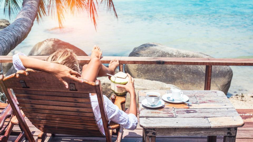 жена море лято кафе