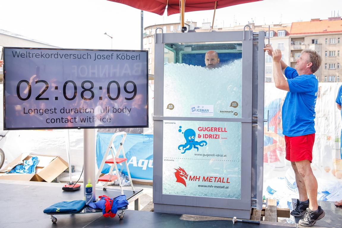 <p>Йозеф Кьоберл подобри световния рекорд за най-дълго пълно потапяне в лед. Пред централната гара във Виена той постигна време от два часа, осем минути и 47 секунди. Резултатът е с 15 минути над предишното постижение на китайския атлет Songhaou Jin от септември 2014-та.</p>