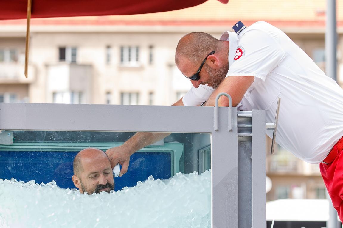 <p>Телесната температура на Кьоберл беше наблюдавана по време на целия опит, а след края бе прегледан от медицински екип. След успеха си рекордьорът заяви, че е можел да остане още в ледената баня, но просто не се е налагало.</p>
