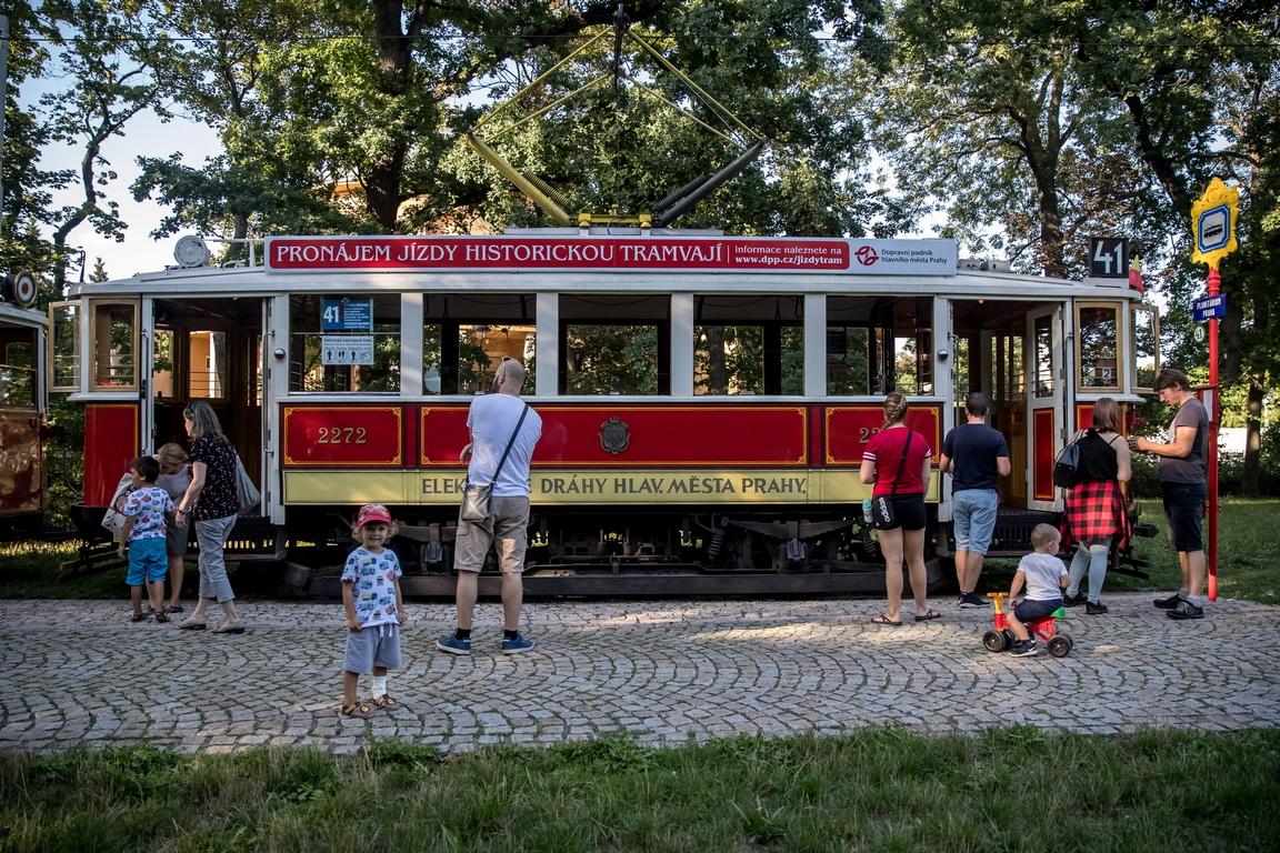 <p>Първият електрически трамвай на Франтишек Кризик, чешки изобретател, електроинженер и предприемач, тръгва през 1891 г.</p>