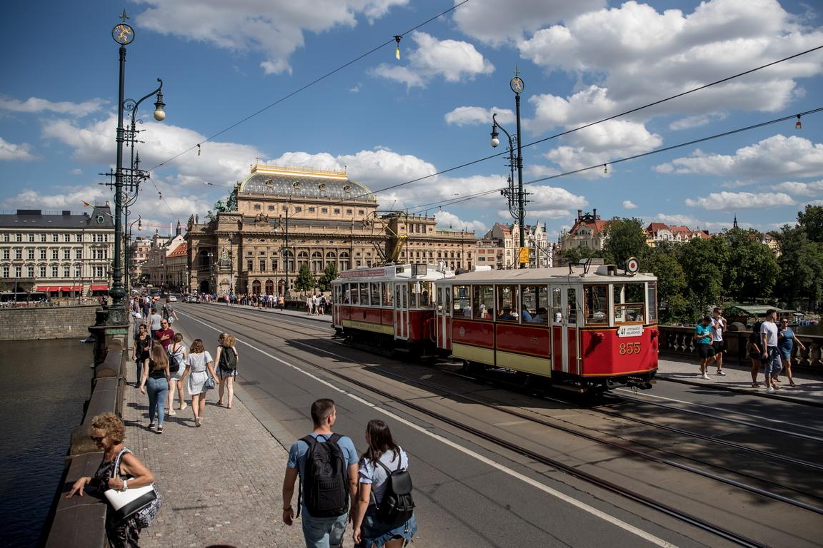 <p>Градът започва да експлоатира собствената си железопътна линия през 1897 г. и до 1907 г. купува цялата железопътна линия от тогавашните оператори.<br /> Днес компанията за обществен транспорт в Прага (DPP) е собственост на град Прага.</p>