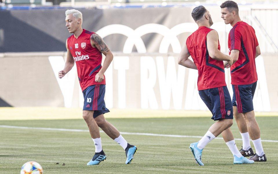 Антуражът на полузащитника от Арсенал – Месут Йозил, е стартирал