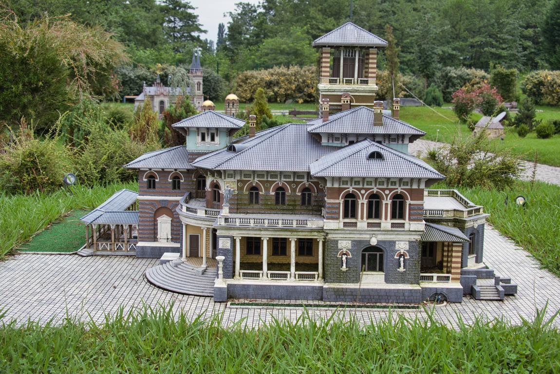 <p>Парк &quot;Грузия в миниатюри&quot; с 54 миниатюри на забележителности в страната се намира в село Шекветили, близо до град Кобулети</p>