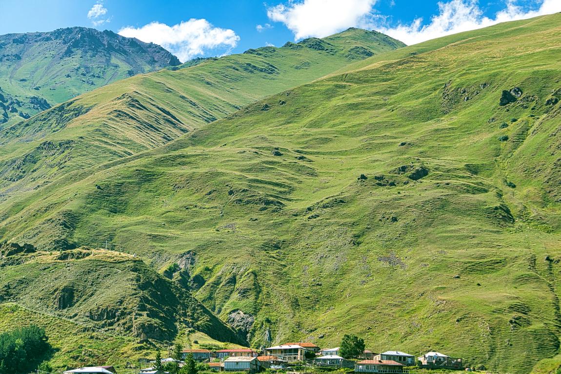 <p>Църквата Света Троица - Гергети - построена на височина 2170 м. през 14-ти век в северна Грузия - в подножието на връх Казбек, Кавказ.</p>