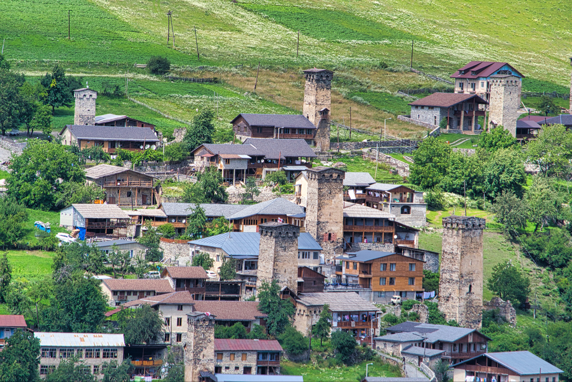 <p>Местия е селище от градски тип в Северна Грузия, административен център на Горна Сванетия (Земо Сванети).</p>