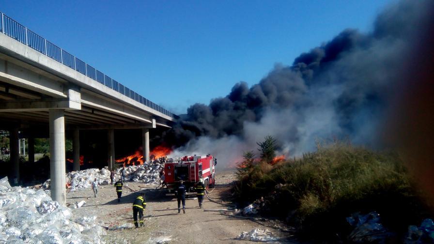 Нов пожар пламна край Дупница. Гори гората над тунела на главен път Е-79. Пламъците бушуват на около 100 метра над самия тунел.
