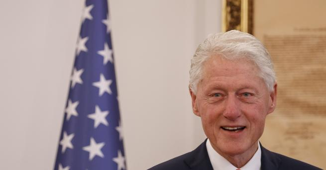 Свят Портрет на Бил Клинтън с рокля и токчета в