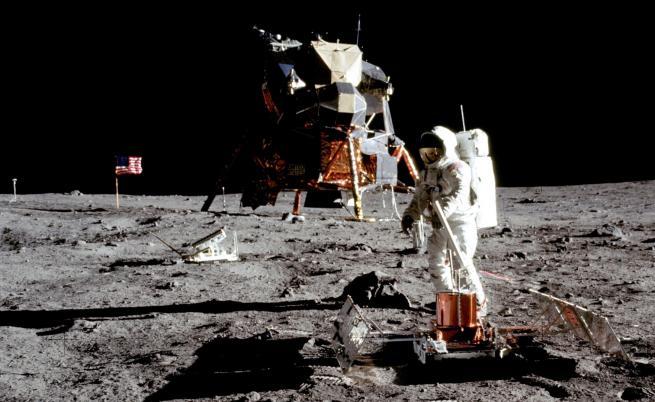 НАСА хранила хлебарки със скали от Луната