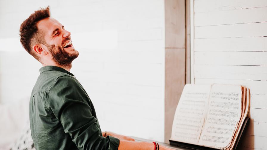 <p><strong>Лудият пианист,</strong> по когото интернет пощуря</p>