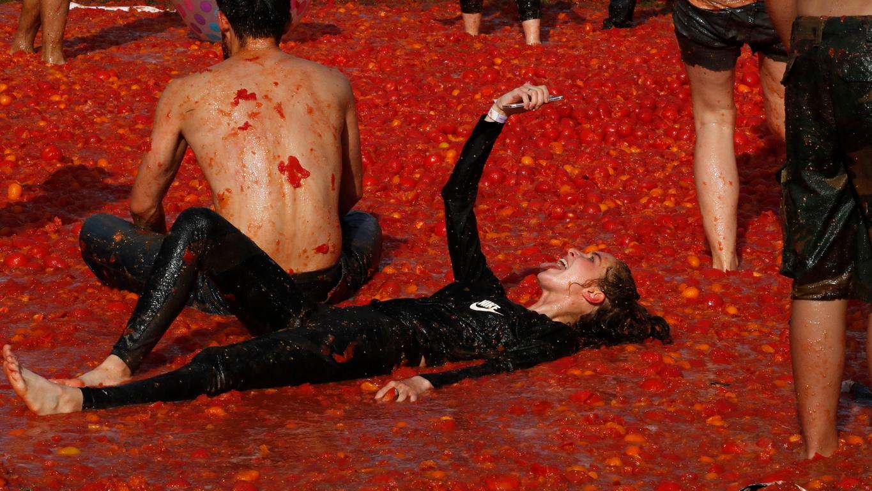 <p>Хора участват в битка с домати, наречена &quot;Tomatina&quot; в Санкт Петербург, Русия. Известната испанска битка с домати &quot;Tomatina&quot; се проведе за първи път на стадион &quot;Кировец&quot;, където бяха използвани 20 тона зрели домати.</p>
