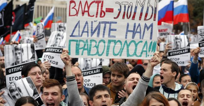 Свят В Русия: Участваш в протест, взимат ти бебето Руска