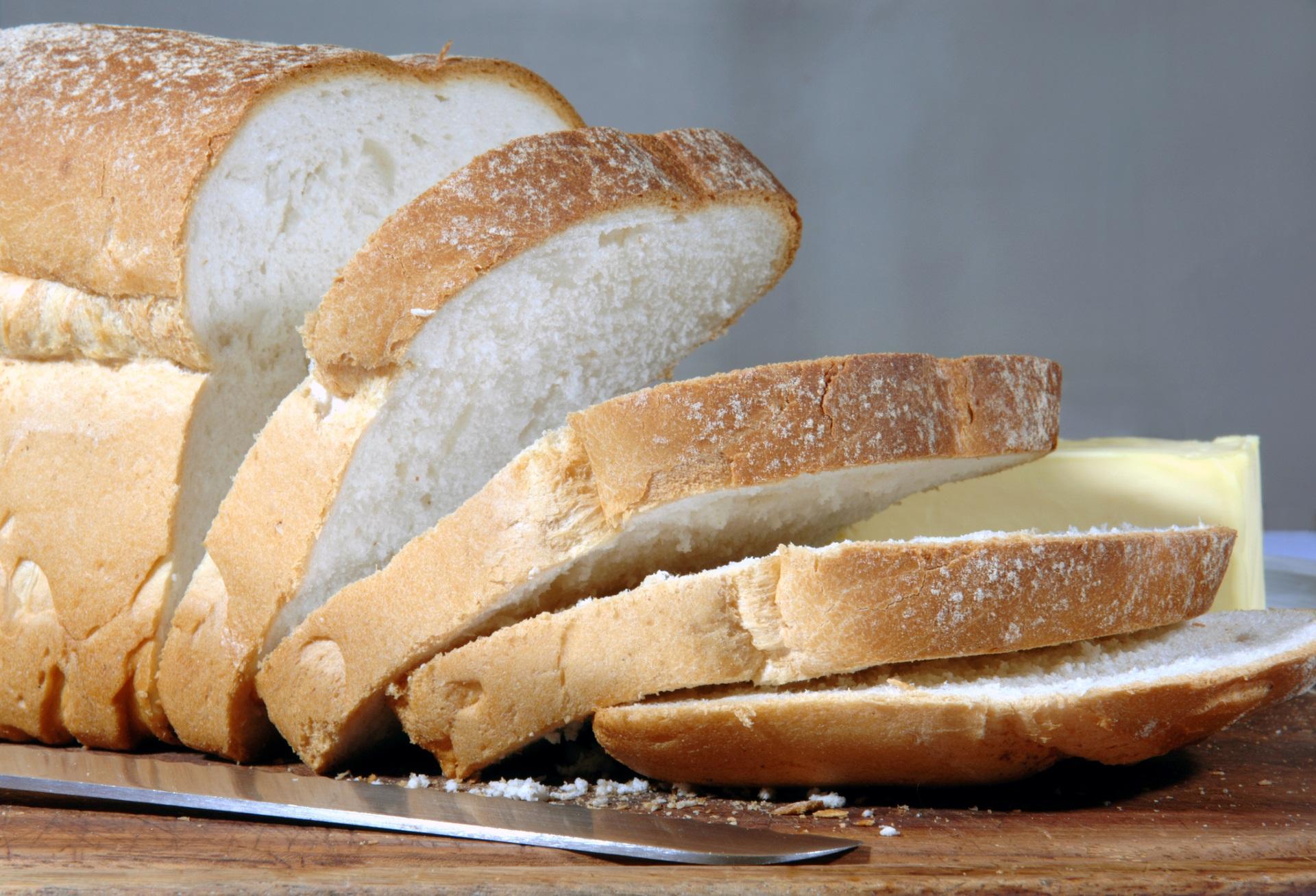 <p><strong>Бял хляб</strong></p>  <p>Сега преминаваме към съветите за жените, които искат да отслабнат и белия хляб е на първо място в храните, които трябва да се избягват. Може би си мислите, че филия бял хляб е по-безобидна от поничка например, но те и двете са рафинирани въглехидрати, а тялото преработва рафинираните въглехидрати като захар. Тези въглехидрати са лишени от почти всичките им фибри и причиняват покачване на кръвната захар и инсулина.</p>