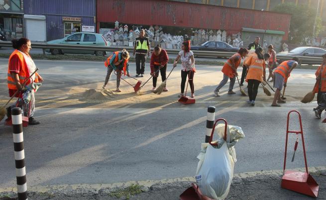 Камион разля 8 тона масло на ключова артерия в София