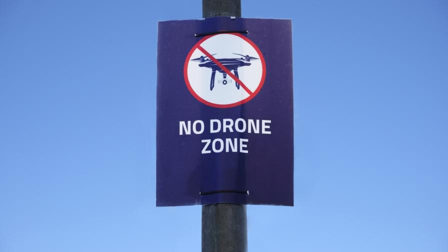 <p>Пътнически самолет направи обратен завой заради дрон</p>